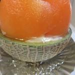 ケーキハウス・アン - 赤玉のメロンを丸ごと一個使った季節限定のケーキです。