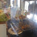 立ち呑み処 寄り屋 - 厨房には美味しそうな揚げ物焼き鳥が!