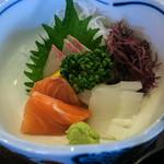 侍寿し - ランチのお刺身。サーモン、イカ、鯛。美味いッス!