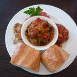 Cafe Cauda - サービスプレート(ラタトゥイユ、煮込みハンバーグ、鶏肉のソテー、トマトサラダ、パン)