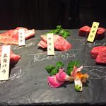 68546508 - 仙台牛の5種盛り。まな板に部位名が!