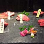 298nky - 仙台牛の5種盛り。まな板に部位名が!