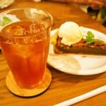 モダナークファームカフェ - アイスティ(ダージリン) & ピーカンパイ