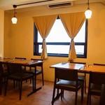 コリータ - 店内(テーブル席)