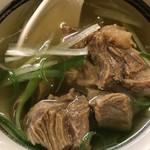 牛タンの笑や - ゴロゴロ肉のテールスープは滋養に良い。