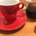 メロウ ブラウン コーヒー - カップは赤にしてもらう