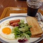 68570011 - ◆フライエッグセット(600円:ドリンク付き)・・ドリンクは指定の中から選べますのでアイスコーヒーにしました。 「フライエッグ」「トースト」「ソーセージ」「野菜」がワンプレートに盛られています。