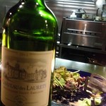 厨 - 本日の赤ワインと奥にサラダ