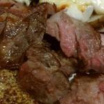 厨 - 手前に、ボリューム満点肉!2人前。奥に孵化芋チーズ乗っけ