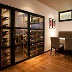 グラッポロ - ワインセラーにはシェフが厳選したワインが揃っています。