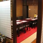 寿司正 - 格子で仕切られた半個室席。