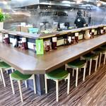 麺家 あべの - 清潔感のある空間、ゆったりめのカウンター席