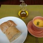 68581333 - 自家製フォカッチャと天然酵母パンはオリーブオイルで、ミニスープは冷製の南瓜スープ