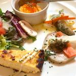 68582874 - 前菜:ニンジンのムース、わかさぎのエスカベッシュ、チキンのなにか(忘れた)ピクルスのせ、黄ニラのオムレツ