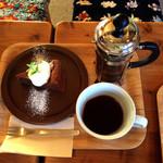 cafe ネンリン - フレンチプレスのホットコーヒーとガトーショコラ