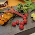 英 - 桜鱒の西京焼き、マイクロトマト、そら豆の蜜煮、アイスプラント