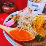 らい久 - 赤いスープと黄色い麺と白いもやし