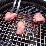 黒毛和牛焼肉 うしくろ - ネギ挟み炙りタン塩