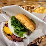 フレッシュネスバーガー - バーガーとポテトが籠に入ってテーブルまで運ばれて来る