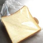 68606963 - クラウン食パン断面。