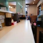 湘南タンメン - カウンターと小上がりとテーブル!カウンターは暑い(;´д`)