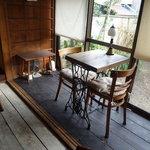 かうひいや3番地 - 昔のミシン台がテーブルに