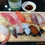 ジャンボおしどり寿司 - 料理写真:毎回注文していた「マグロづくし」がメニューから無くなってしまった!…ショック… で、今回は「上ねたWづくし」2000円(税別) 値段の割には頑張ってる。 大トロ、中トロ、イクラ等上ねたで美味しかった。