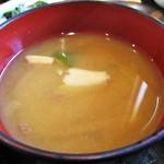 食堂 松月 - ノドグロ と 黒ムツ の刺身定食 1,600円 の 味噌汁。