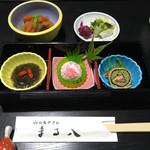まる八 - せせらぎ定食(竹) 突出し、漬物、小鉢