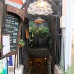 68629890 - 入り口・こちらが地下のコーヒーホールに続く階段です♪