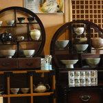 韓日茶苑 楽zen - 韓日茶苑 楽zen・店内 茶器ディスプレイ