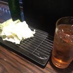 炭焼き 羅針盤 - 料理写真:お通し(キャベツ)と、ここに串置くのかな