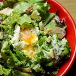 グリルチキンと半熟卵のシーザーサラダ