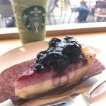 スターバックス・コーヒー - ブルーベリーチーズパイと抹茶ミルクフラペチーノ
