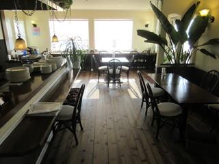 カフェ ラナイ - 海が見えるカウンター席とテーブル席、外にはテラス席も有ります♪