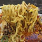 札幌らーめん 獅子王 - もっちり&プリプリな黄色い縮れ麺。 かんすい独特の風味も札幌ラーメンらしくてイイですね。