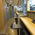 札幌らーめん 獅子王 - 鰻の寝床的に奥に細長~い店内。 カウンター席のみです。