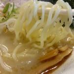 中村屋 - 麺は中太麺で表面がツルリとした触感。大盛り無料は嬉しい♪
