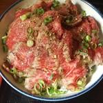 68650129 - 薄切りレアステーキ丼大盛り(1100円)です。