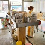 フック コーヒー - 木のベンチシートや ハイタイプのスツール付のミニテーブルがあります。