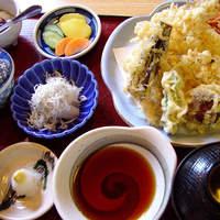 和食処 するが蕎 - 8種類もの素材を使った天ぷら定食、天つゆ、お塩でお楽しみください。