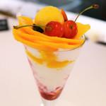 タカノフルーツパーラーパフェリオ - 宮崎マンゴーとさくらんぼのパフェ