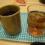 6867071 - 温かいお茶と冷たいお茶セルフサービス