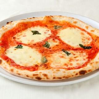 湘南小麦を使用したピザなど、こだわりの材料を使った料理の数々
