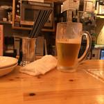 赤羽OK横丁 トロ函 - カウンターでとりあえずの生ビール