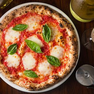 イタリアから取り寄せた現地の食材を使ったピッツァ
