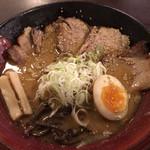 68680759 - 札幌ら〜めん共和国限定 焙煎ごまみそ炙りとろ旨チャーシュー麺 980円 名前の通り各種たっぷり。