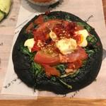 ゴントラン シェリエ - フォカッチャ イカ墨とトマト