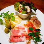 VECTOR BEER - 本日の冷たい冷菜。さっぱりタコのマリネ、いぶりがっことクリームチーズ、オリーブ、自家製ハム、生ハム、砂肝のコンフィ