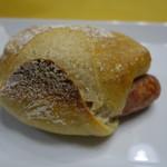 ボン・ボランテ - リンデンパームさんの、ソーセージ入りパン235円